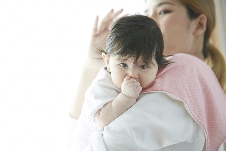 Bố mẹ cần quan tâm chăm sóc sức khỏe con yêu nhiều hơn khi trời nồm ẩm