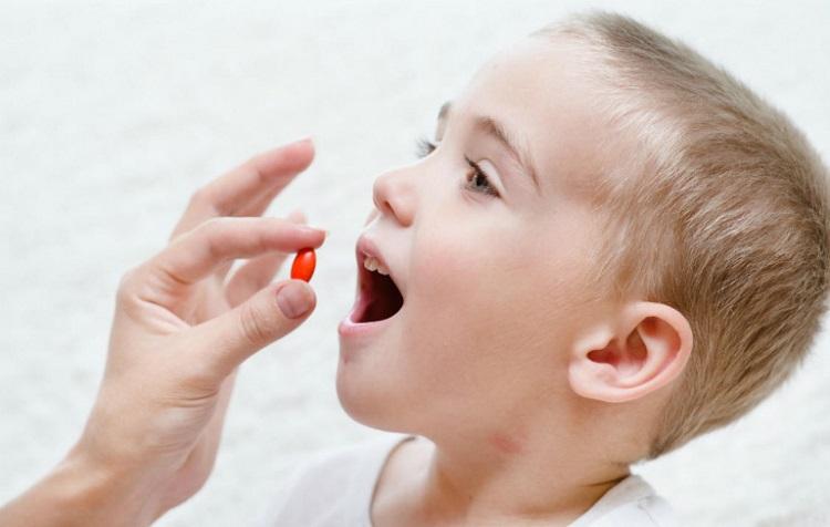 Cho trẻ uống thuốc trị giun kim