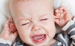 Trẻ bị ngứa tai nguyên nhân do đâu? Làm sao để khắc phục?